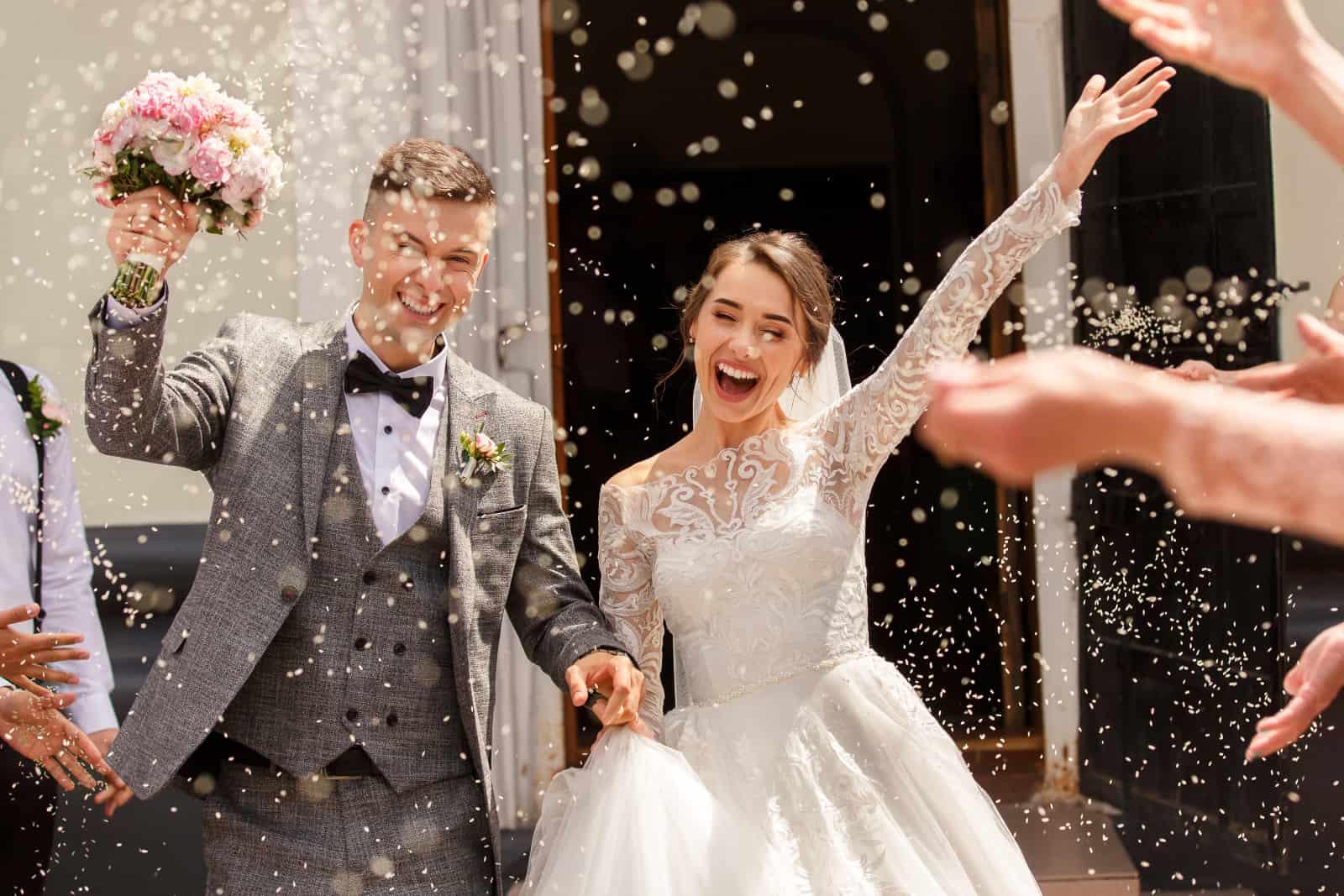 ein aufgeregtes frisch verheiratetes Paar