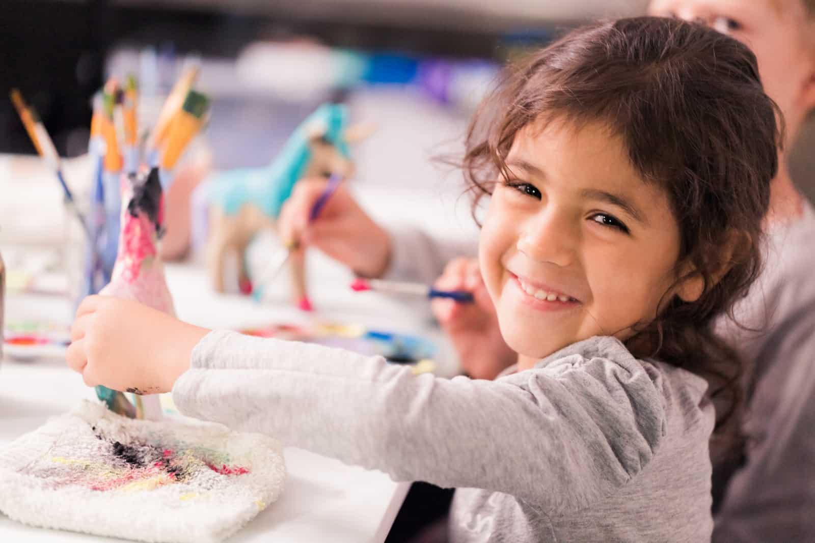 ein lächelndes Mädchen, das kreativ ist
