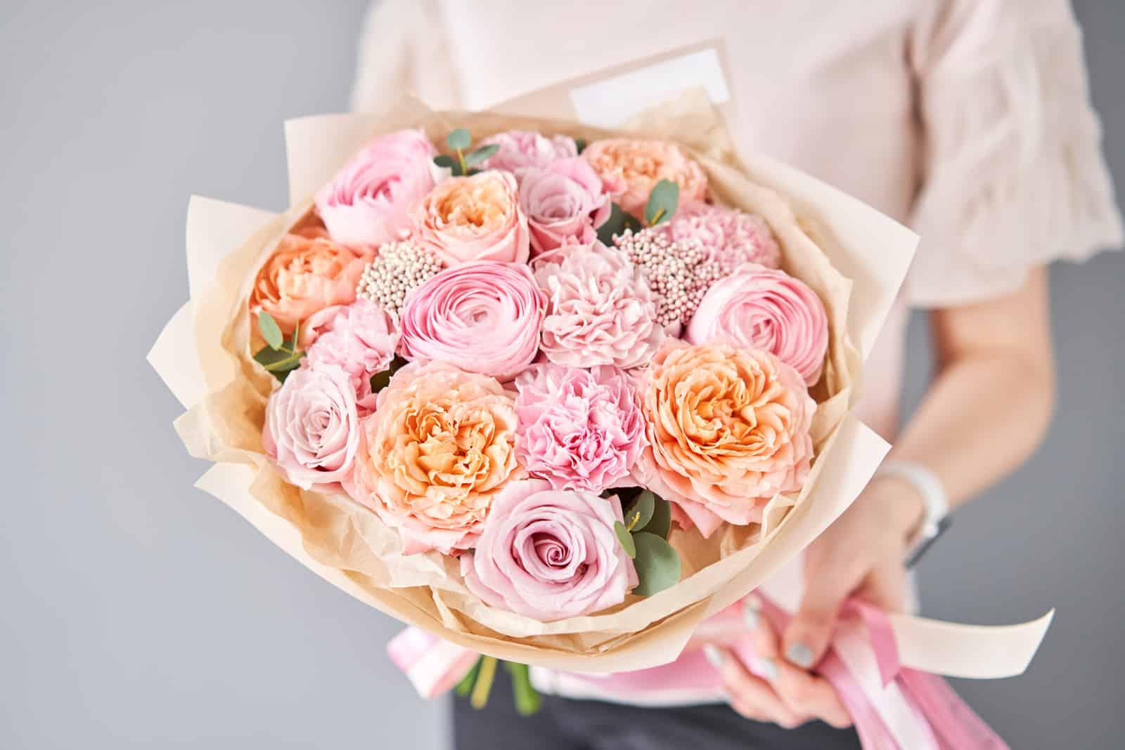 ein schöner Blumenstrauß in den Händen einer Frau