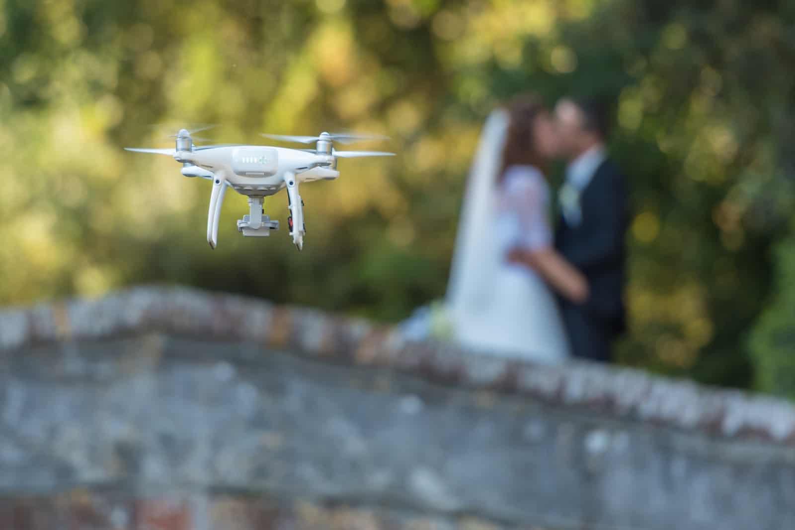 eine Drohne, die das Brautpaar filmt