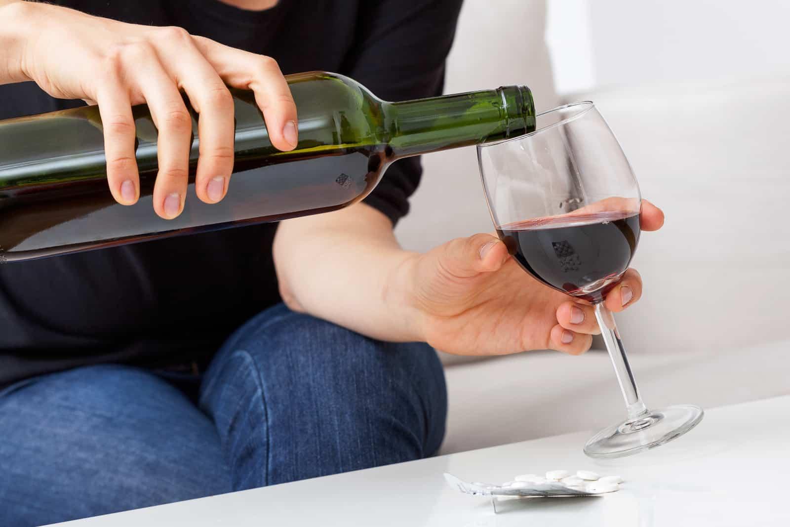 eine Frau, die Wein einschenkt