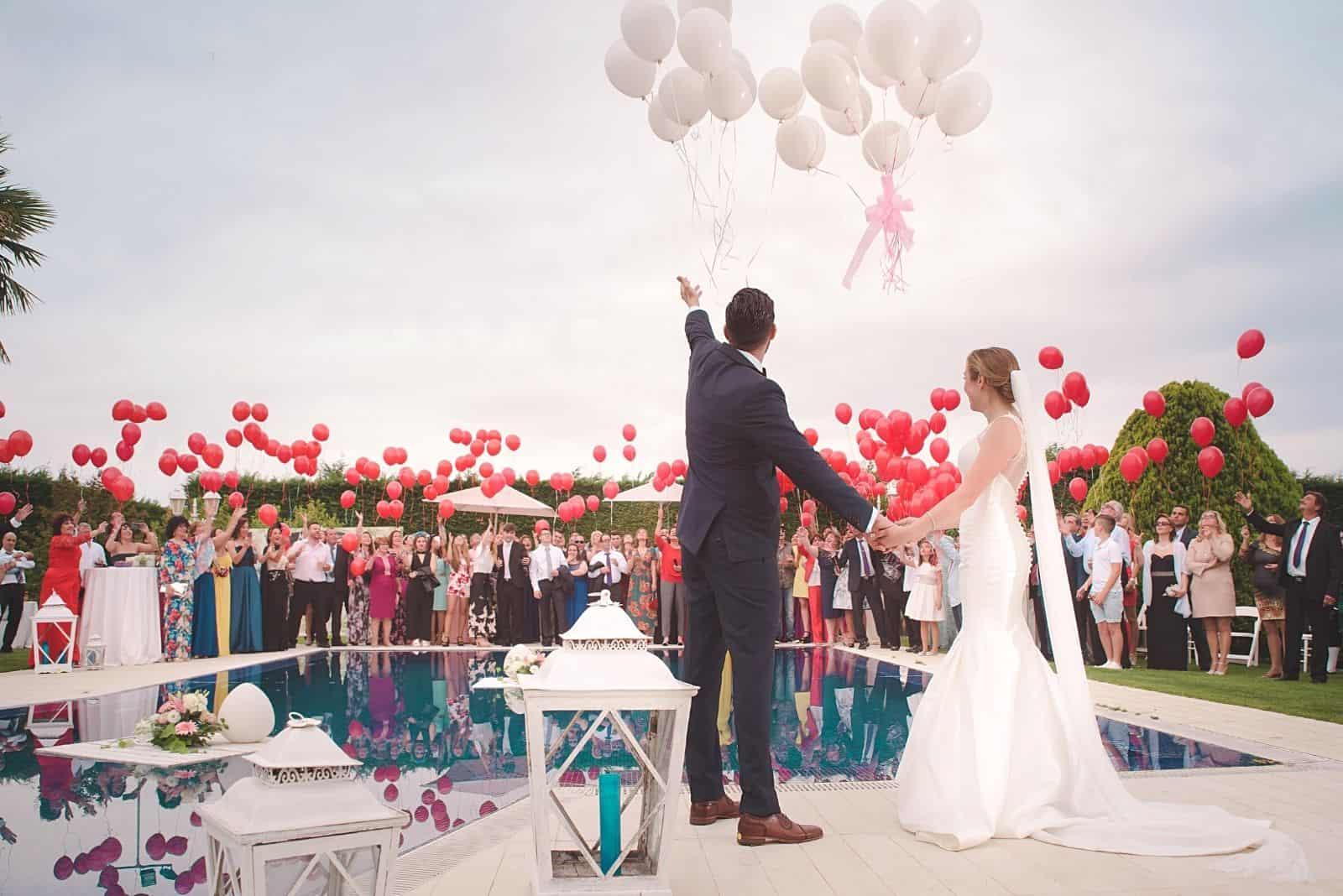 eine Hochzeitszeremonie in einem großen Innenhof mit Pool