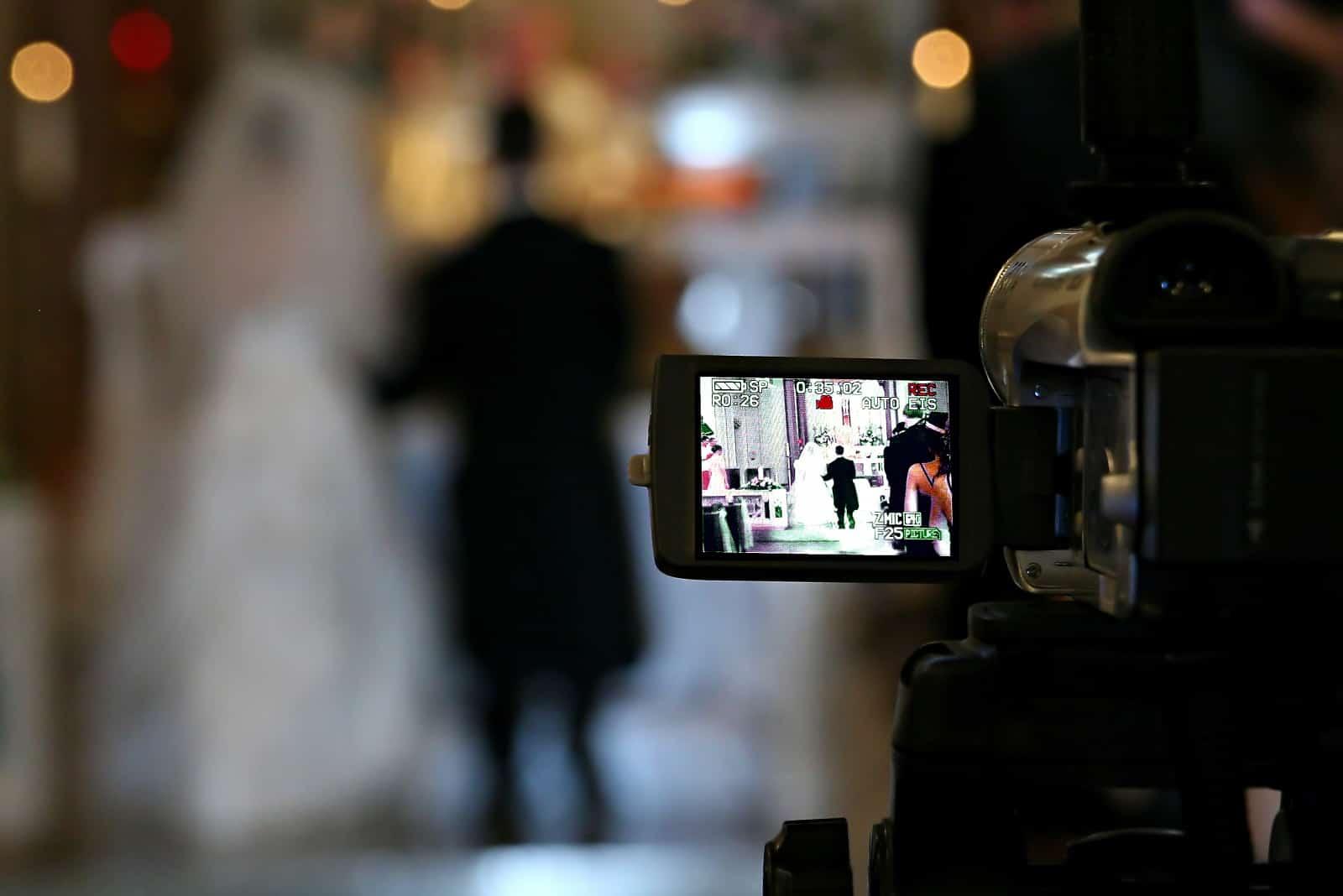 eine Kamera, die die Hochzeit aufzeichnet