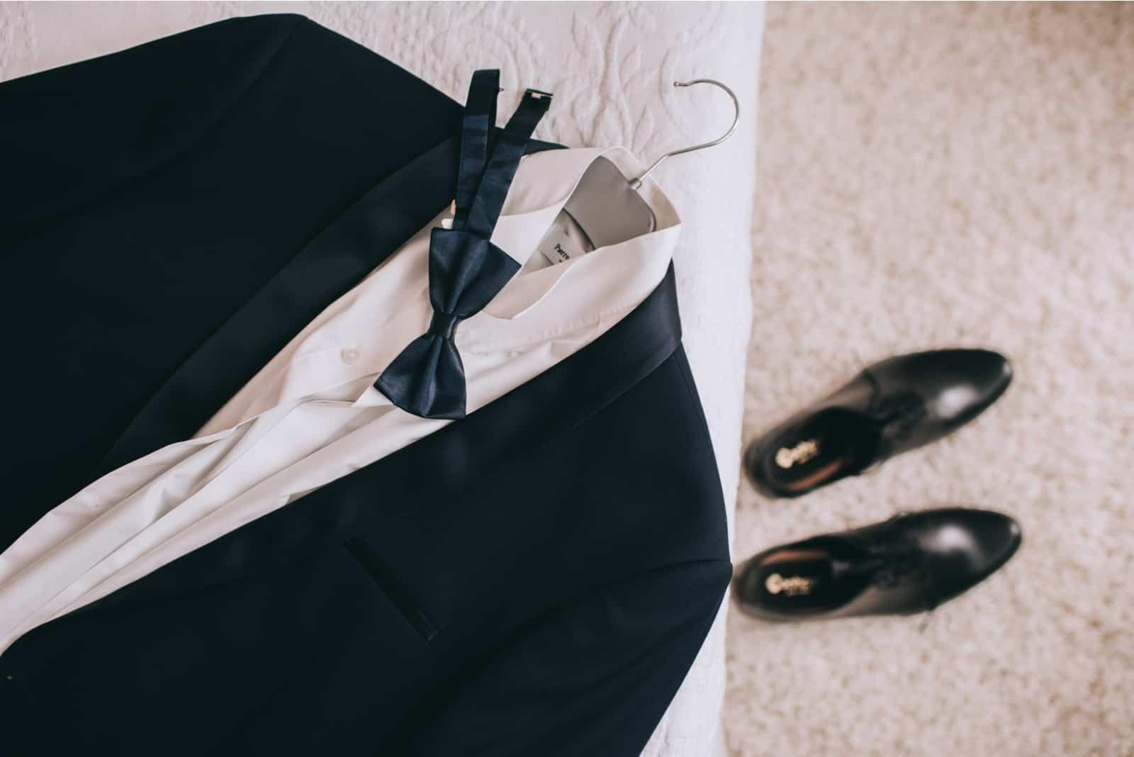 eine Reihe von Kleiderschränken für den Bräutigam