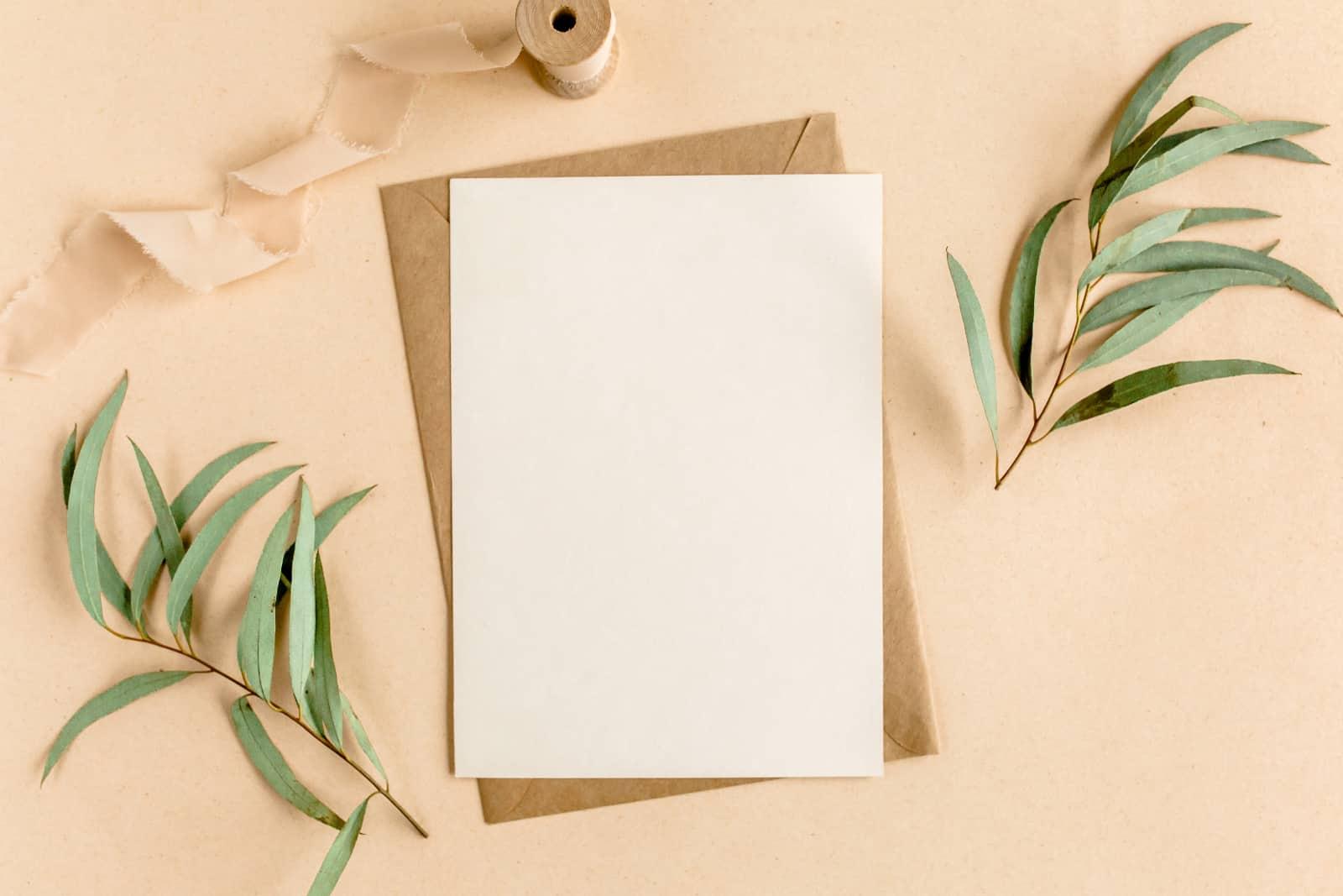 eine leere Grußkarte auf dem Tisch