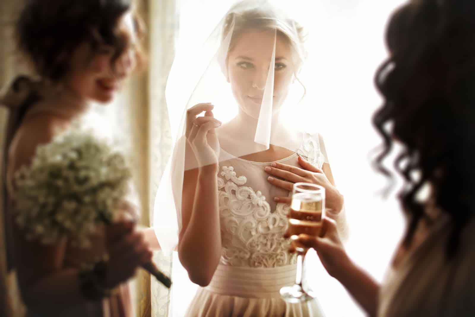 eine schöne Braut mit Brautjungfern