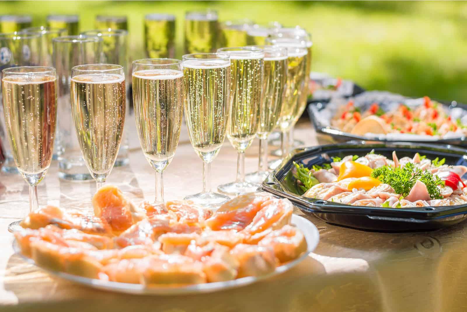 festlicher Hochzeitstisch mit Vorspeise und Champagner