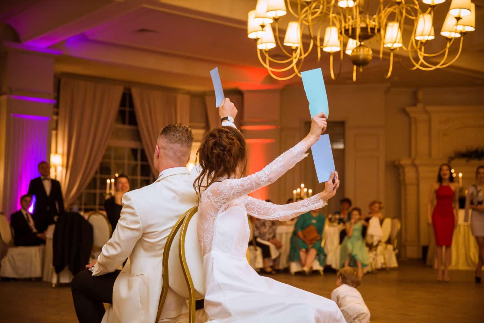 fröhliche Jungvermählten freuen sich über die Hochzeit