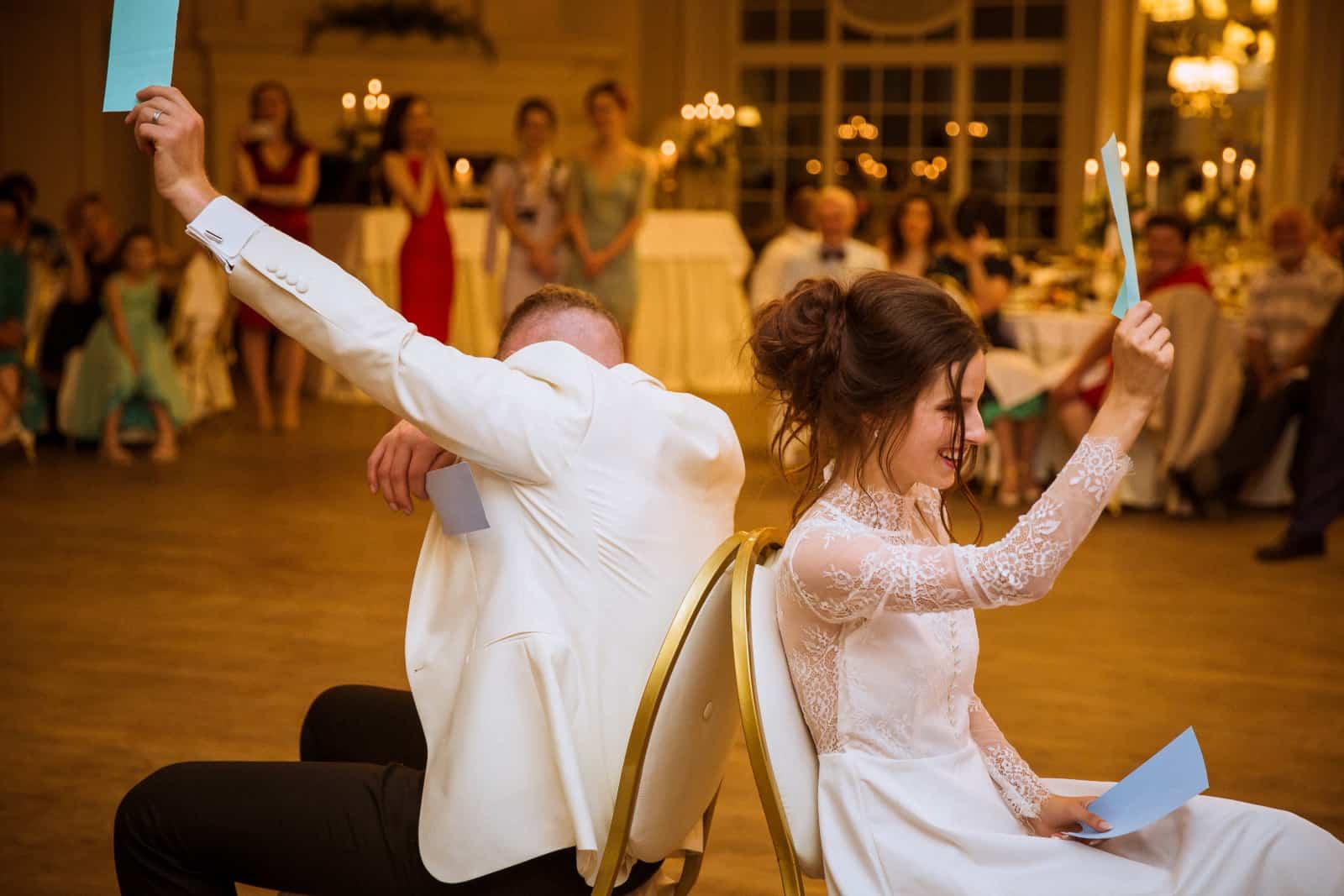 fröhliche Jungvermählten spielen schuhe heben