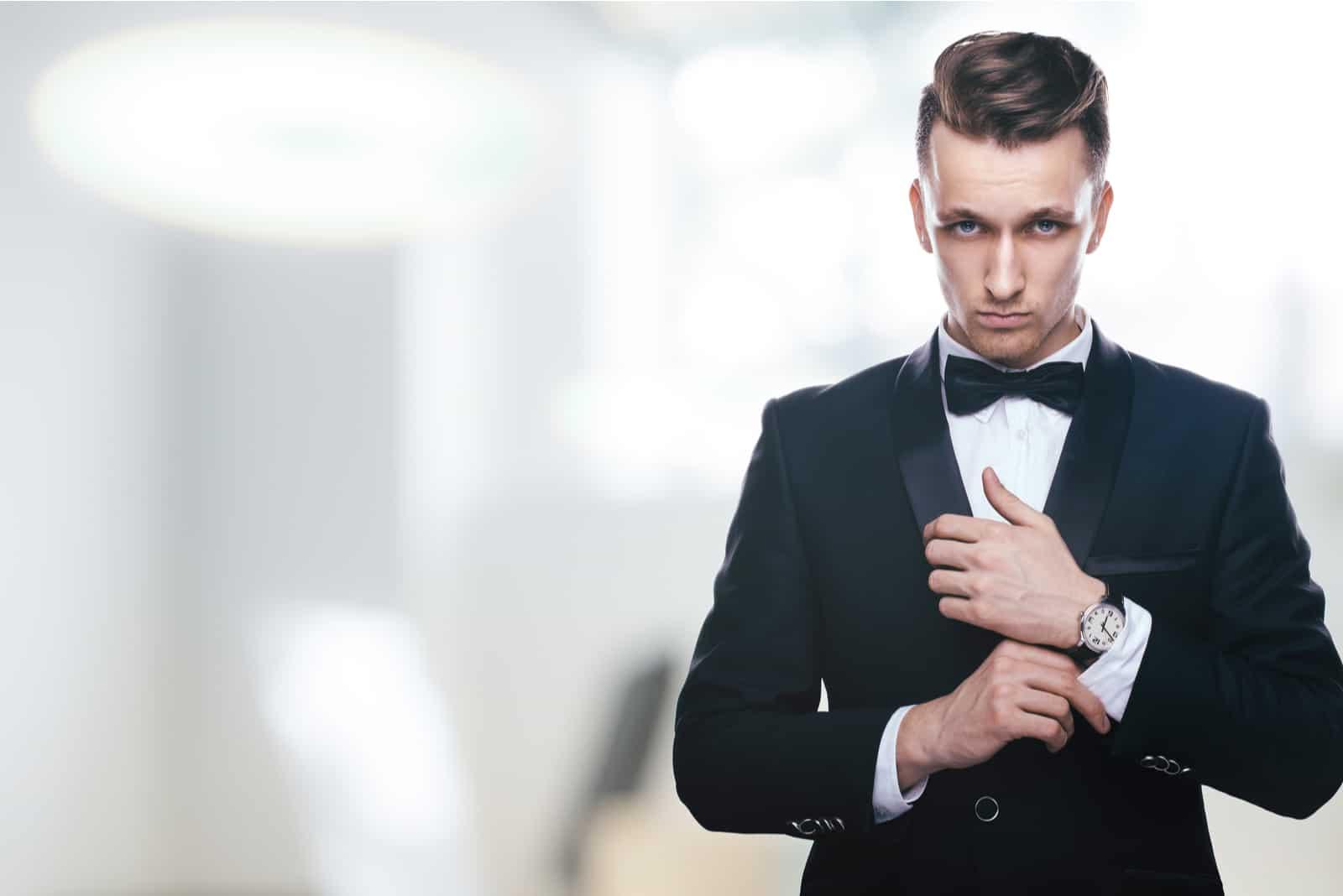 im Smoking steht ein gutaussehender Mann