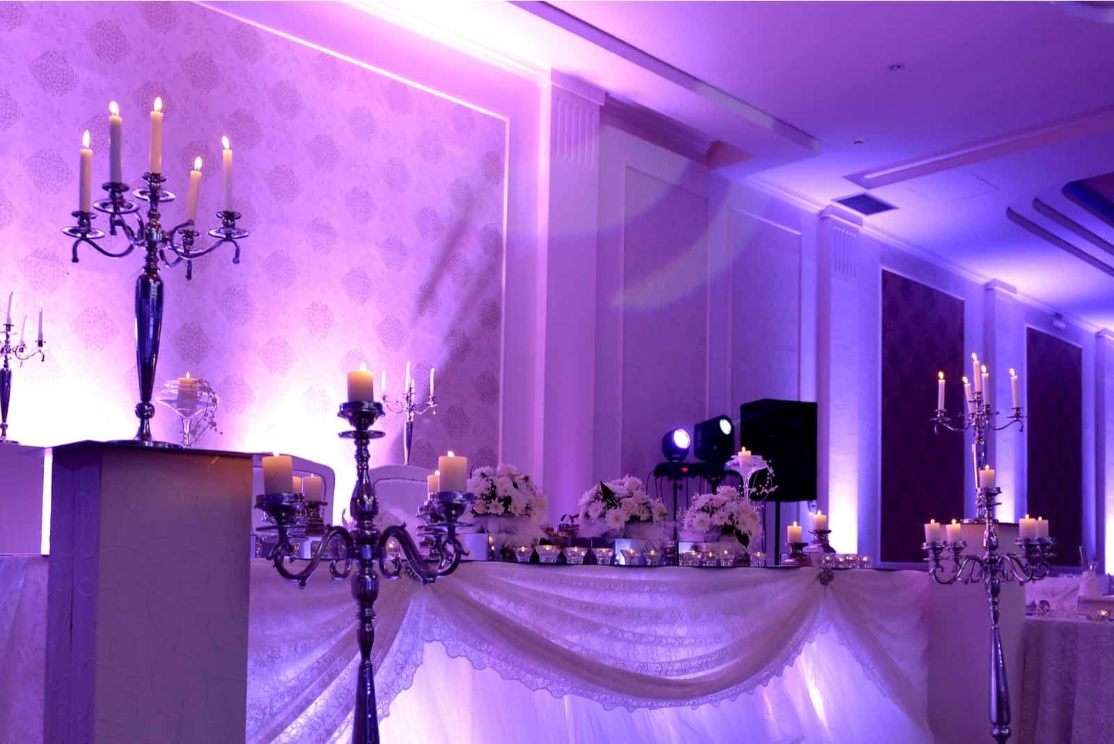 lila Lichtshow auf einer Hochzeit