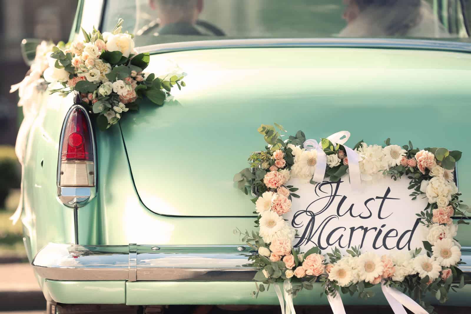 reich verziertes Hochzeitsauto