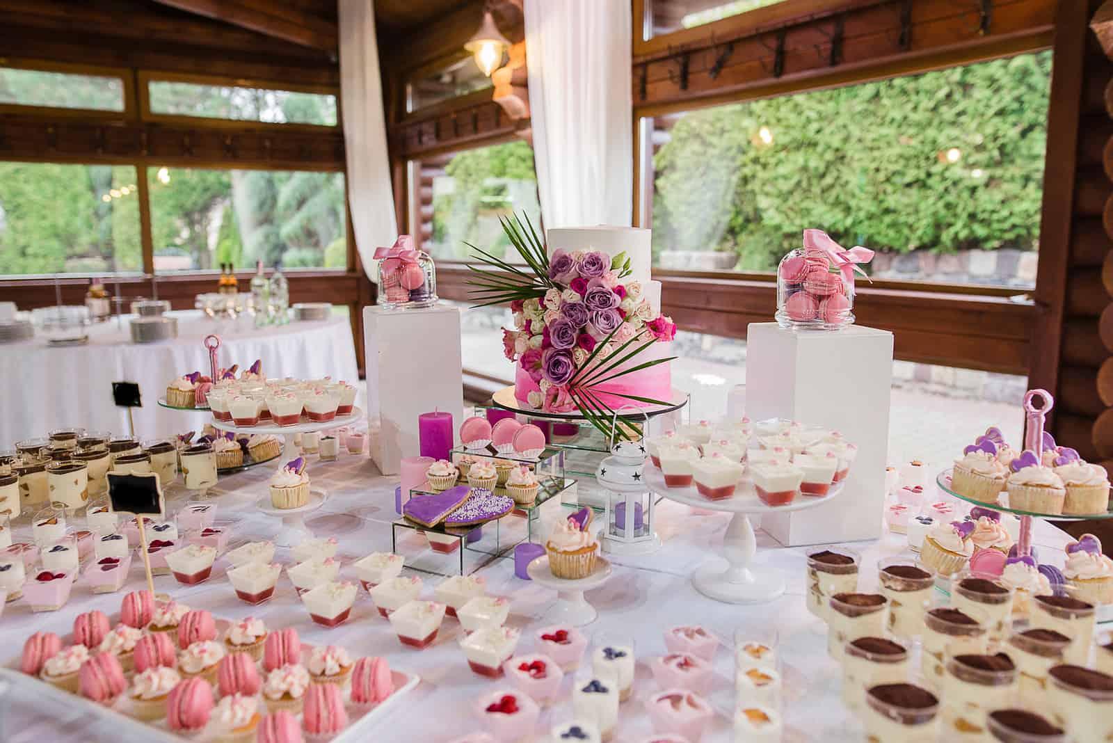 rosa Süßigkeiten auf dem Hochzeitstisch