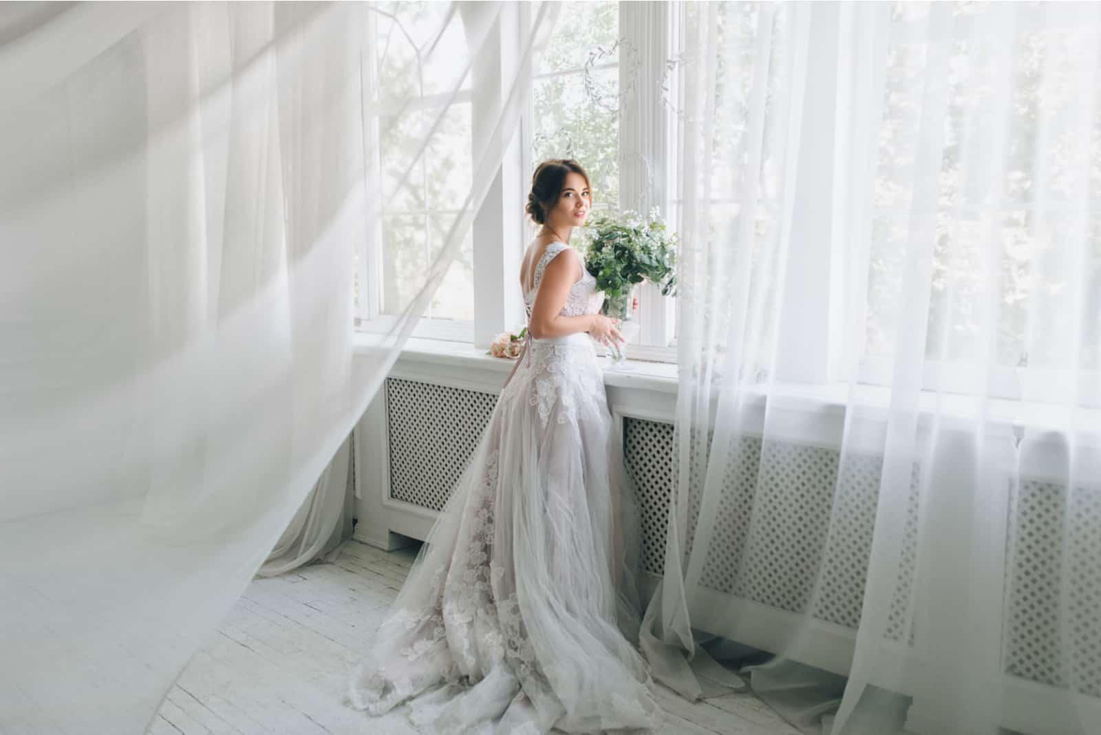 schöne Braut in einem schönen Hochzeitskleid