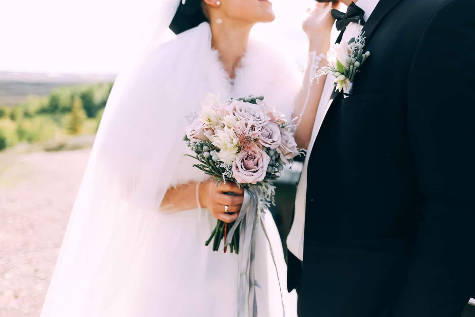 schöner Hochzeitsstrauß Dustyrose und Knopfloch