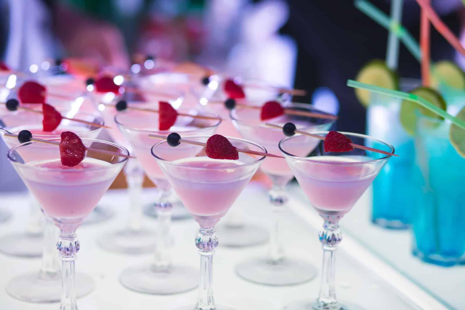 verschiedenfarbige Alkoholcocktails