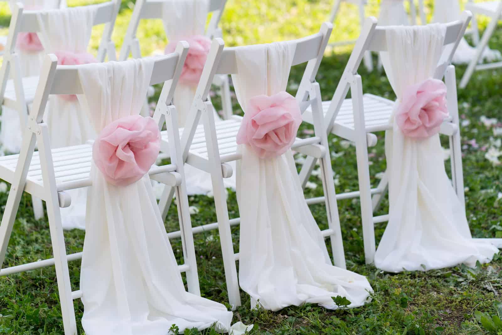 weiße Hochzeitsstühle für die Zeremonie