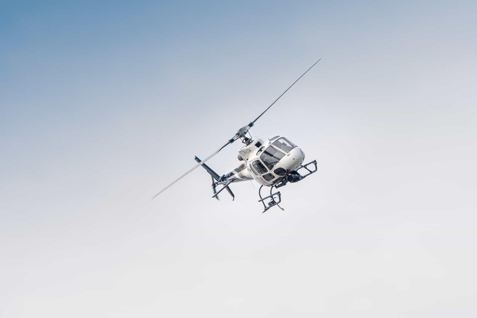 weißer Hubschrauber im Flug