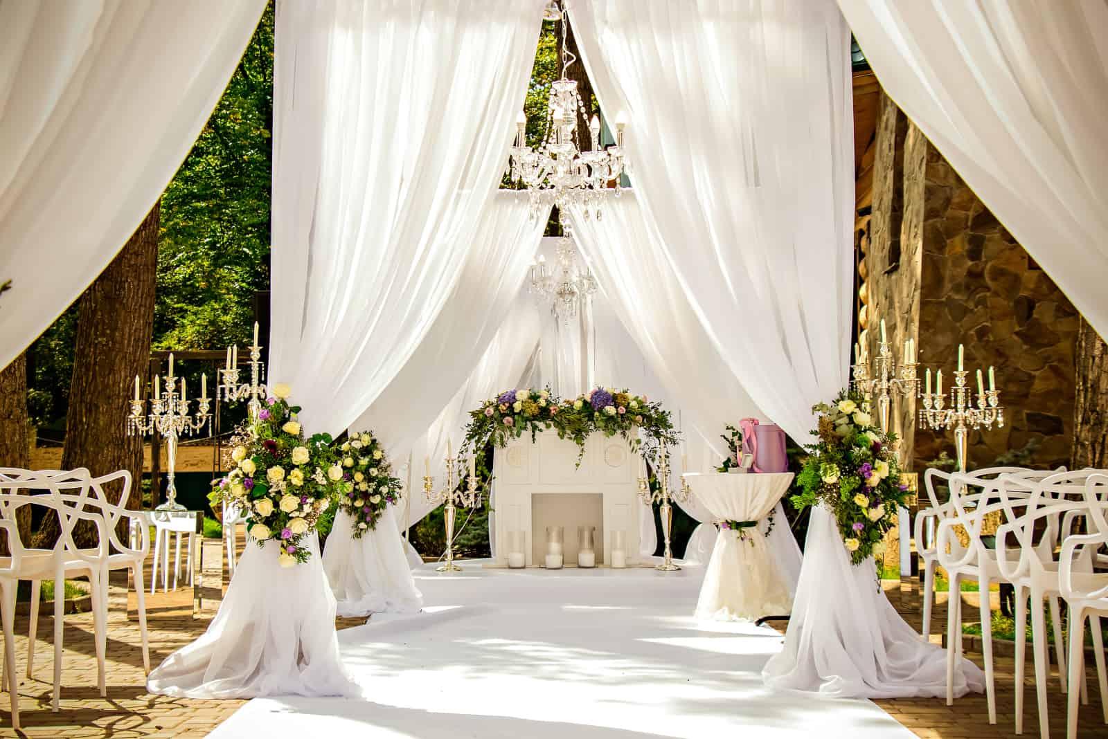 wunderschön dekorierte Hochzeit im Freien