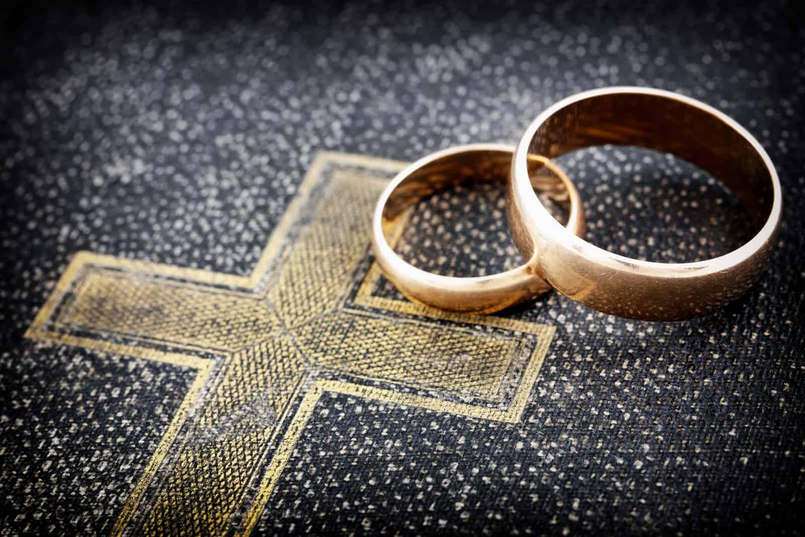 zwei Eheringe an einer Bibel