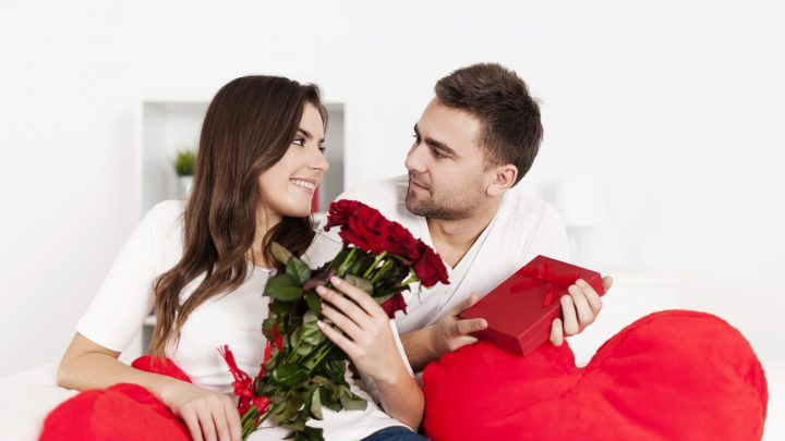 glückliches Paar feiert Jubiläum