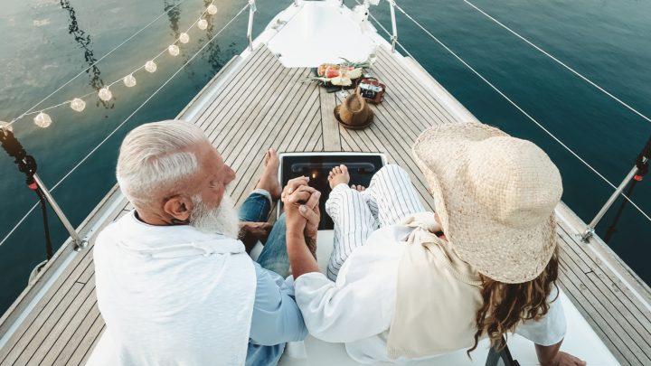 Ein älteres Ehepaar auf einem Boot feiert seinen Hochzeitstag