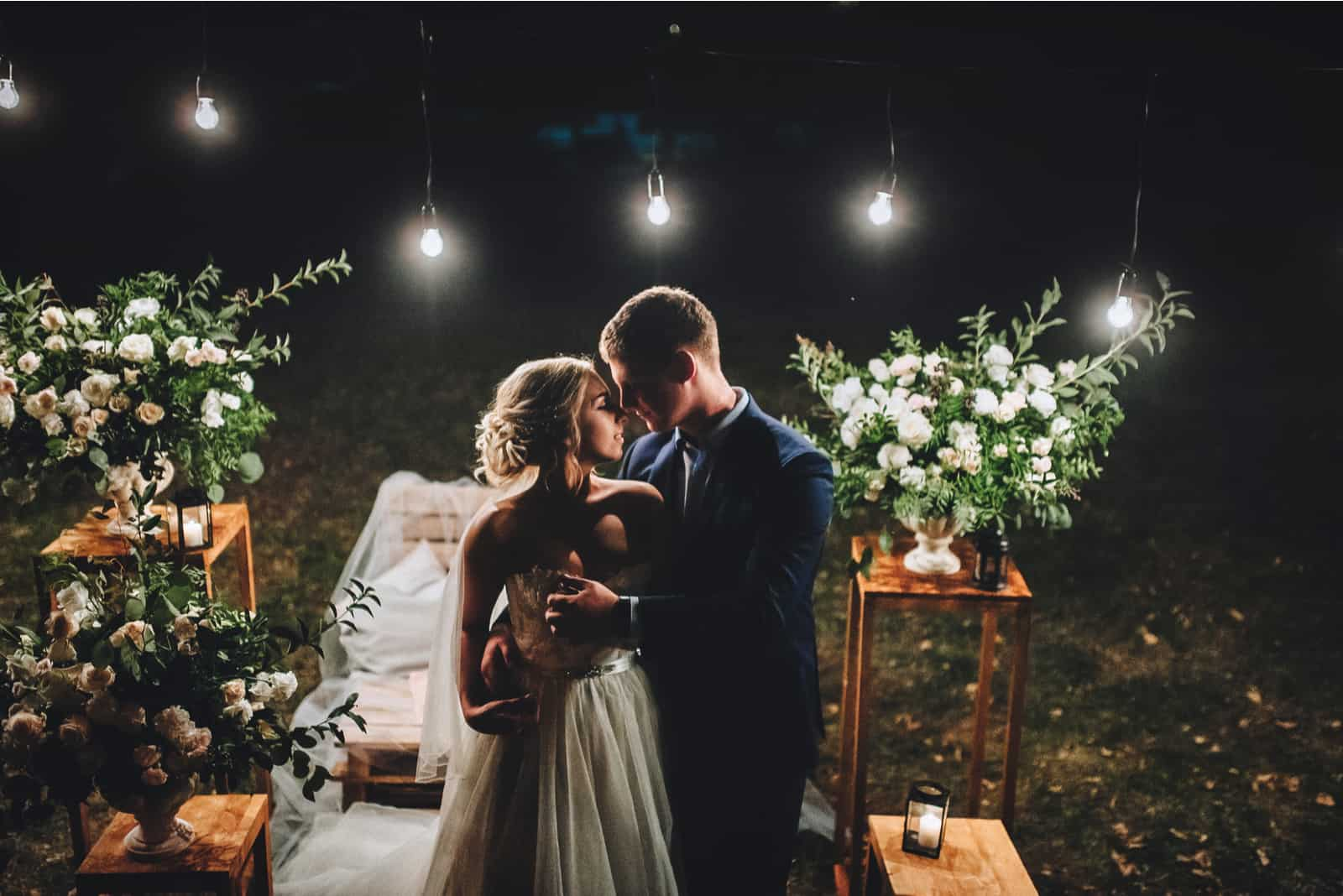 Abends küssen sich die Jungvermählten im geschmückten Garten