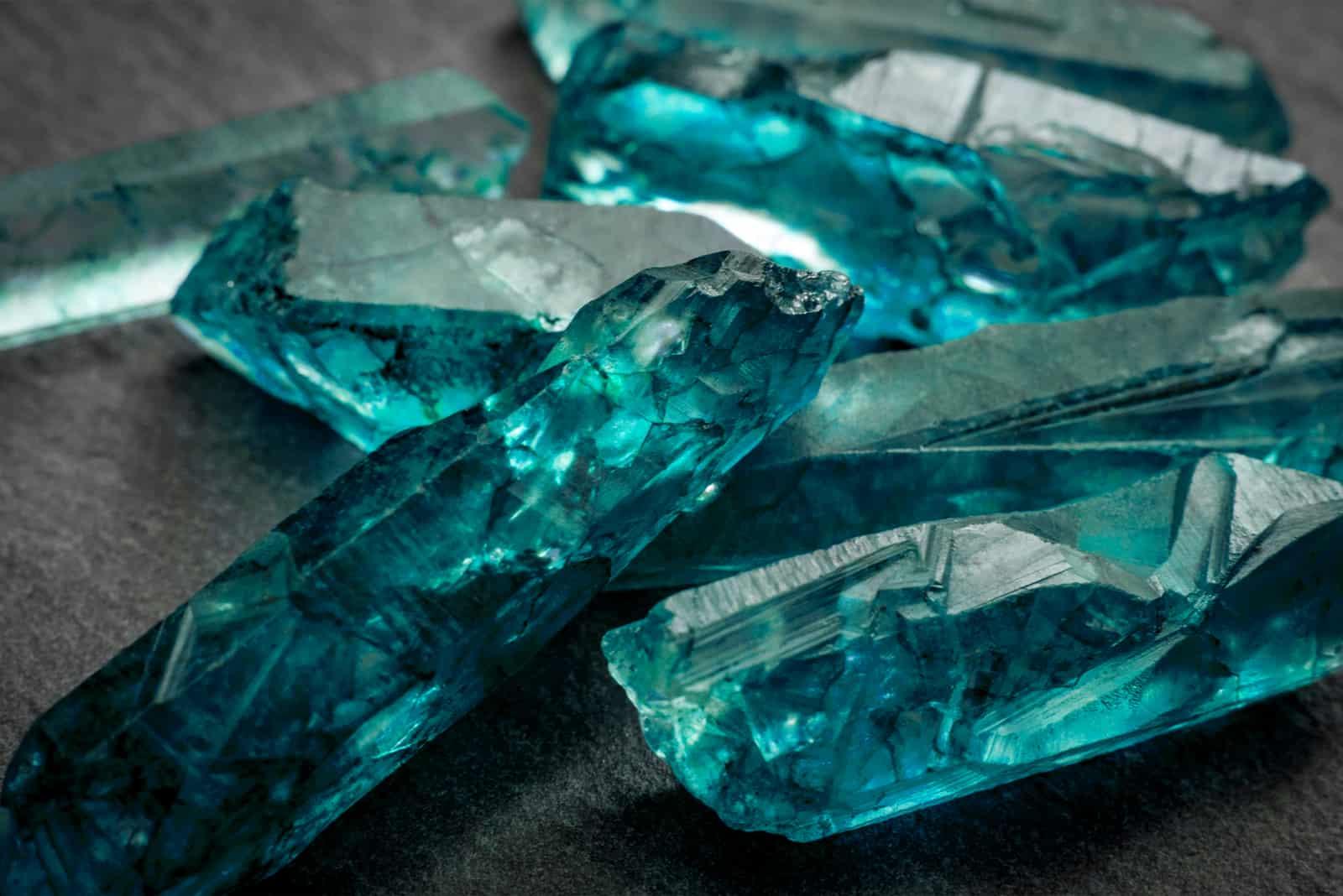 Aquamarine und rohe Kristalledelsteine