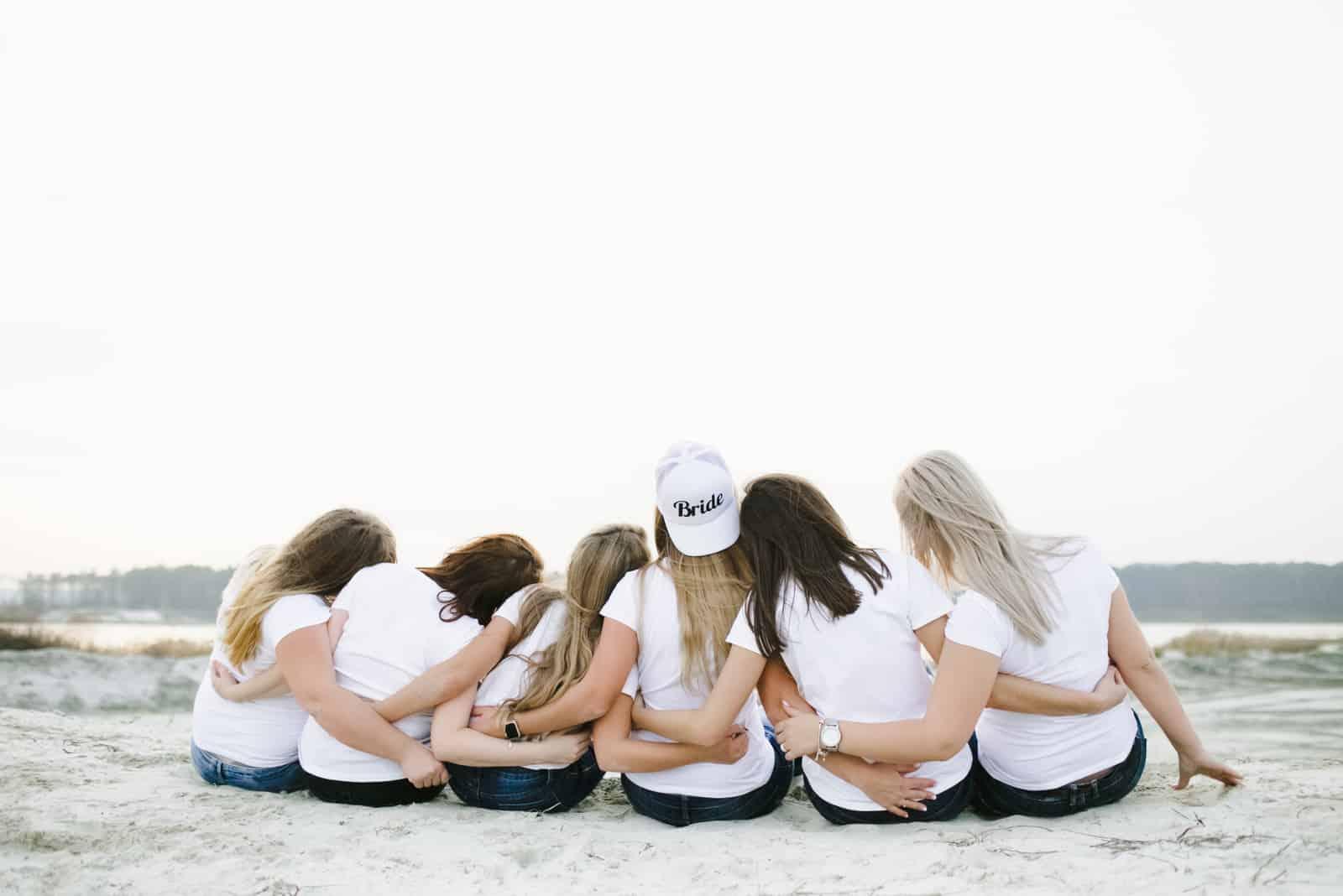 Bei der Junggesellenparty sitzen die Mädchen am Strand