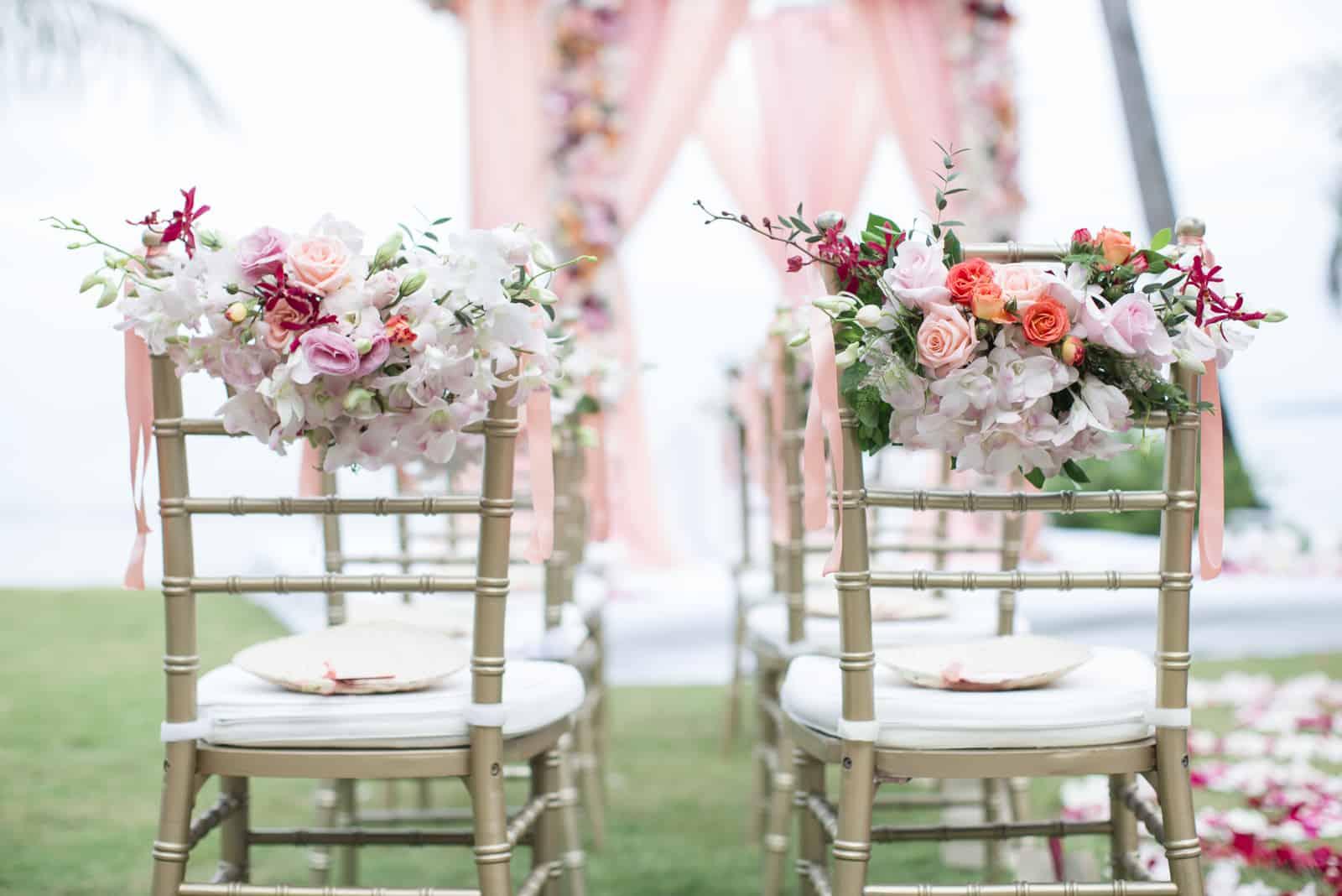 Blumendekoration auf Hochzeitsstühlen