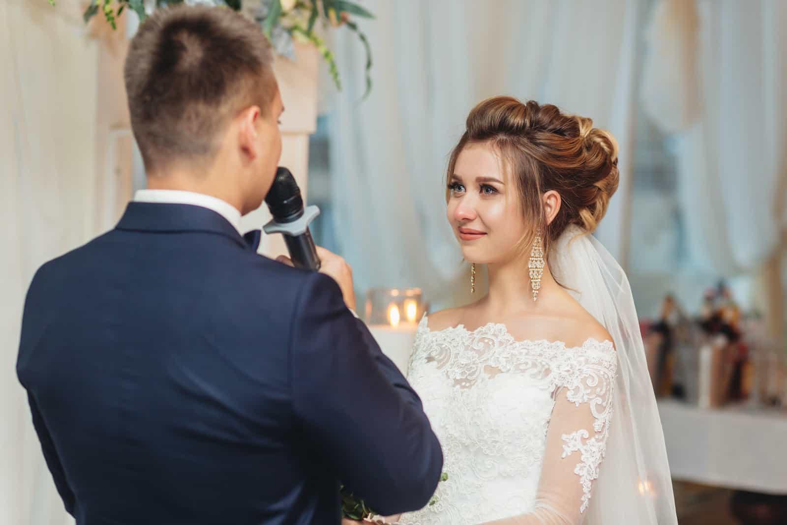 Bräutigam hält Mikrofon sprechende Sprache