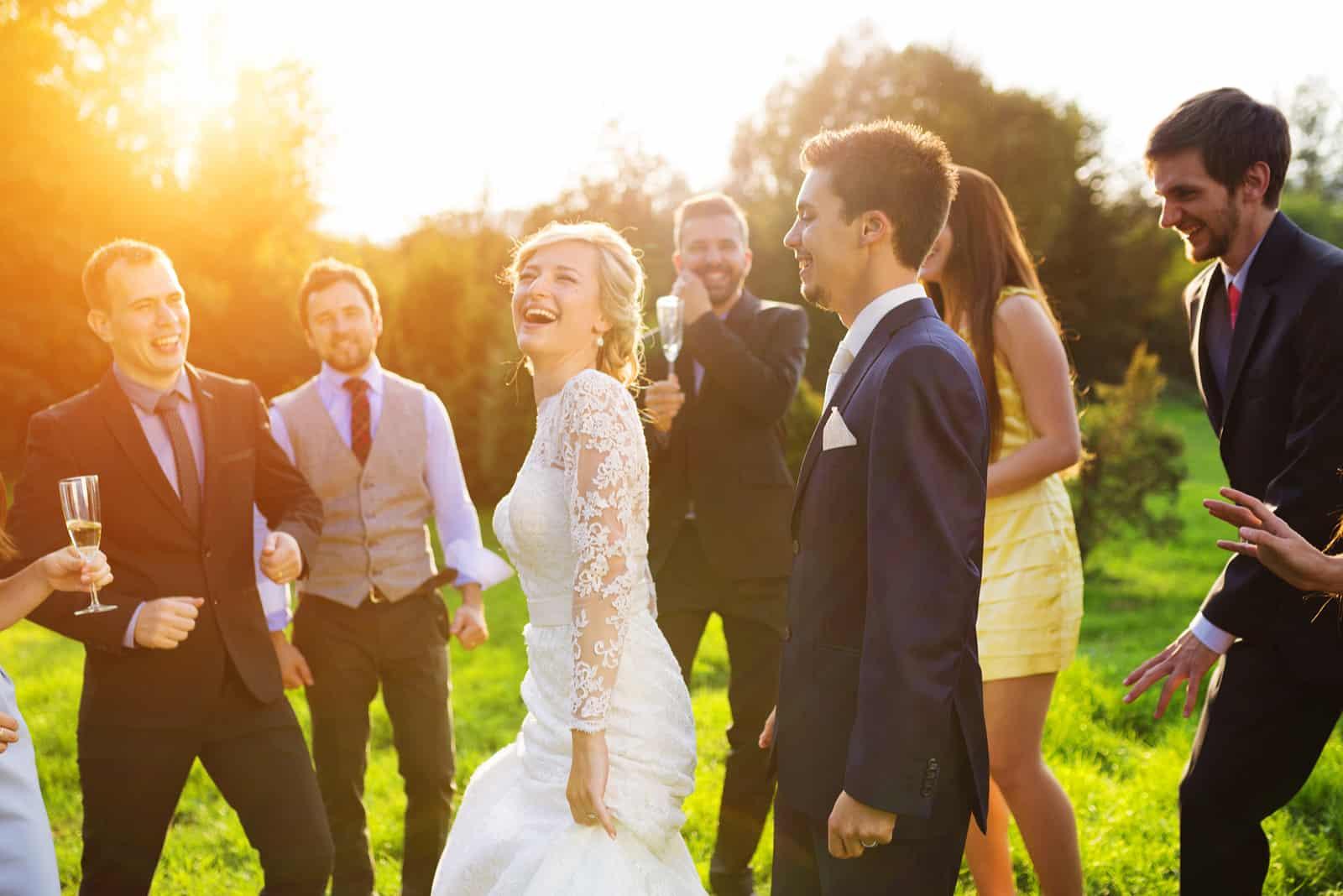 Das Brautpaar genießt mit den Hochzeitsgästen