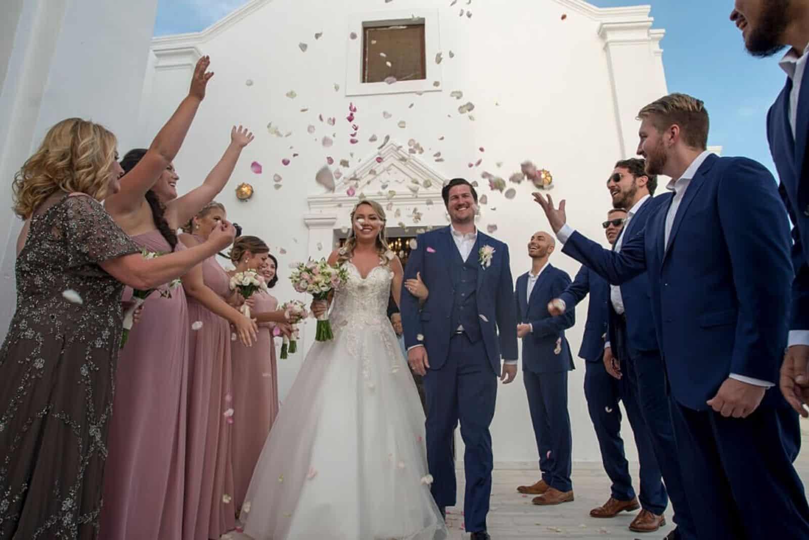 Das Brautpaar verlässt die Kirche nach der Hochzeit