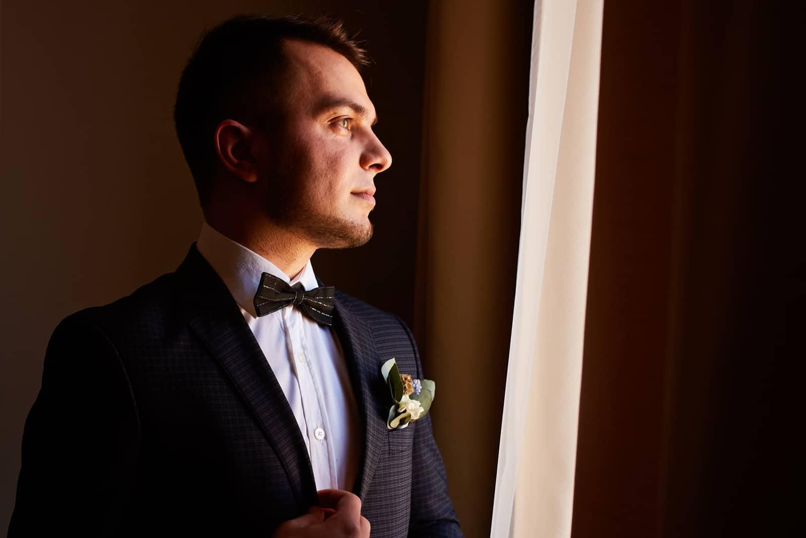 Der Bräutigam schaut aus dem Fenster