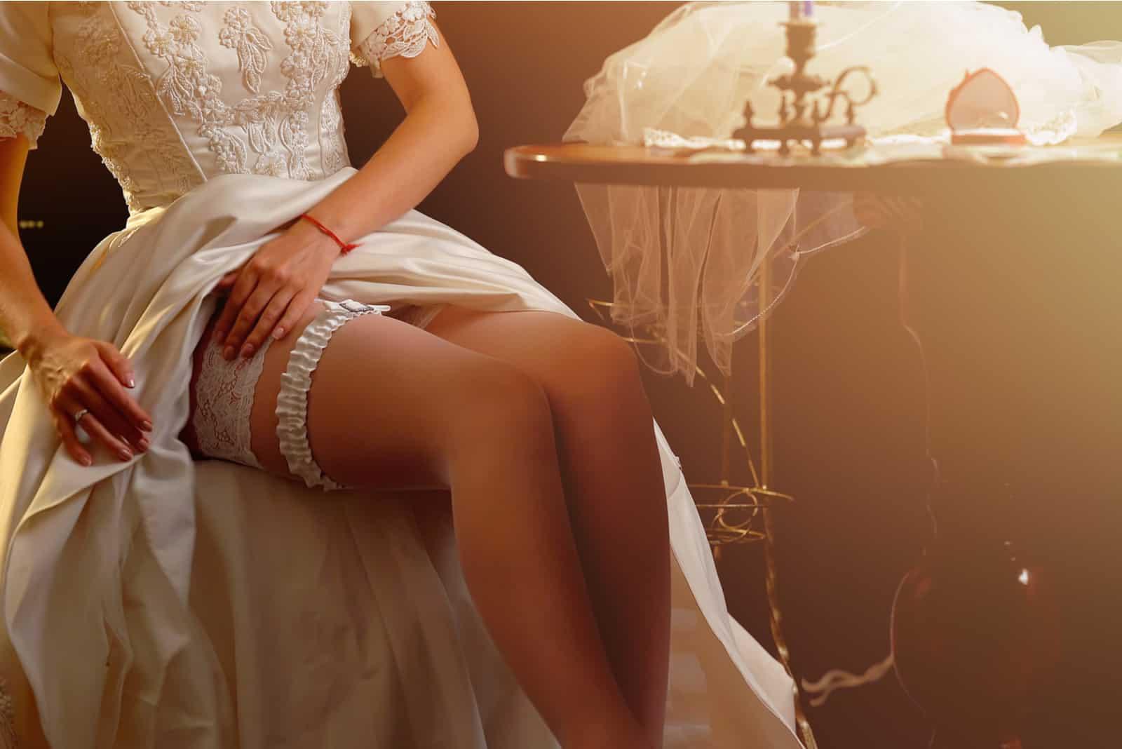 Die Braut kleidet sich für ihre erste Hochzeitsnacht