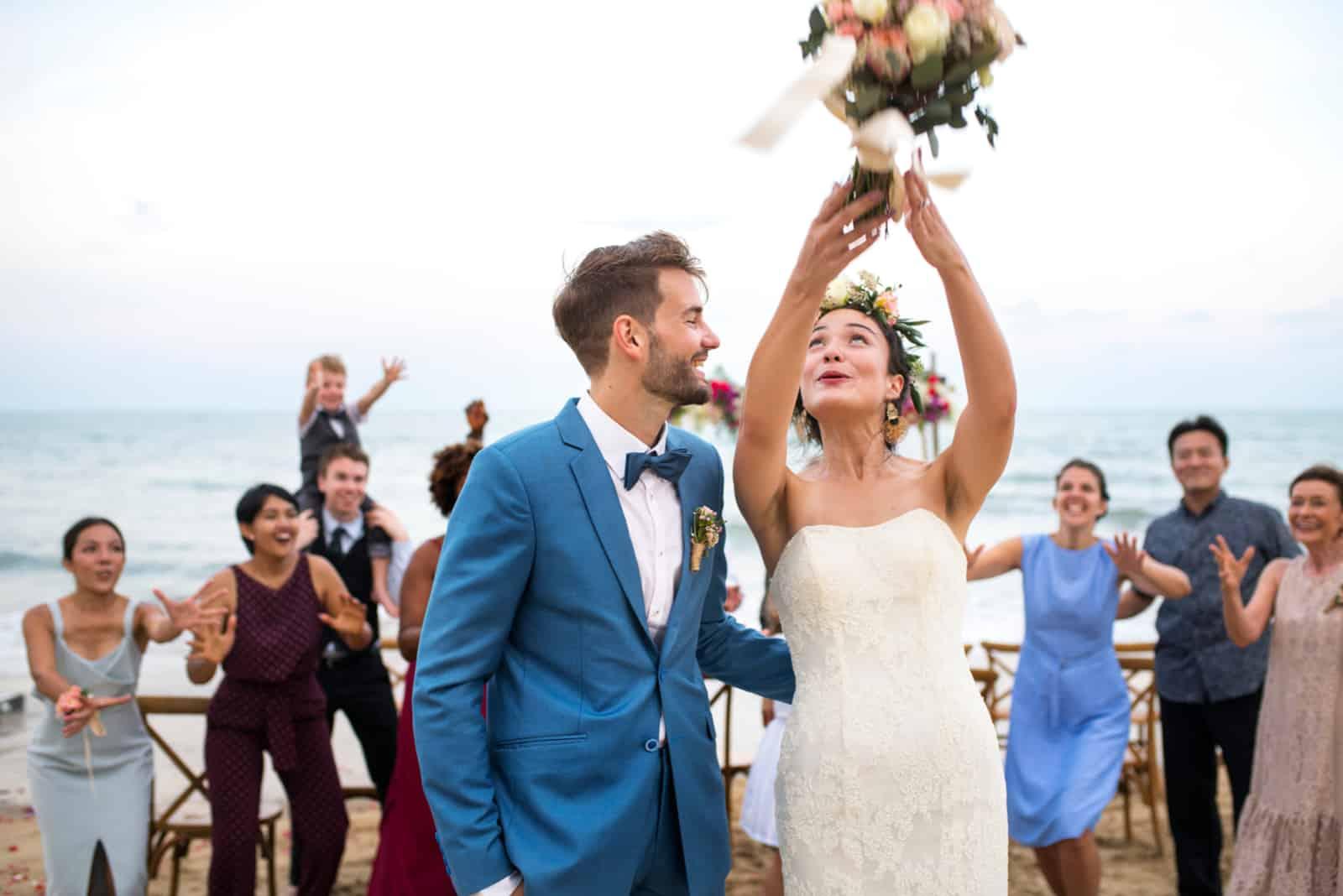 Die Braut wirft einen Blumenstrauß bei der Hochzeitszeremonie