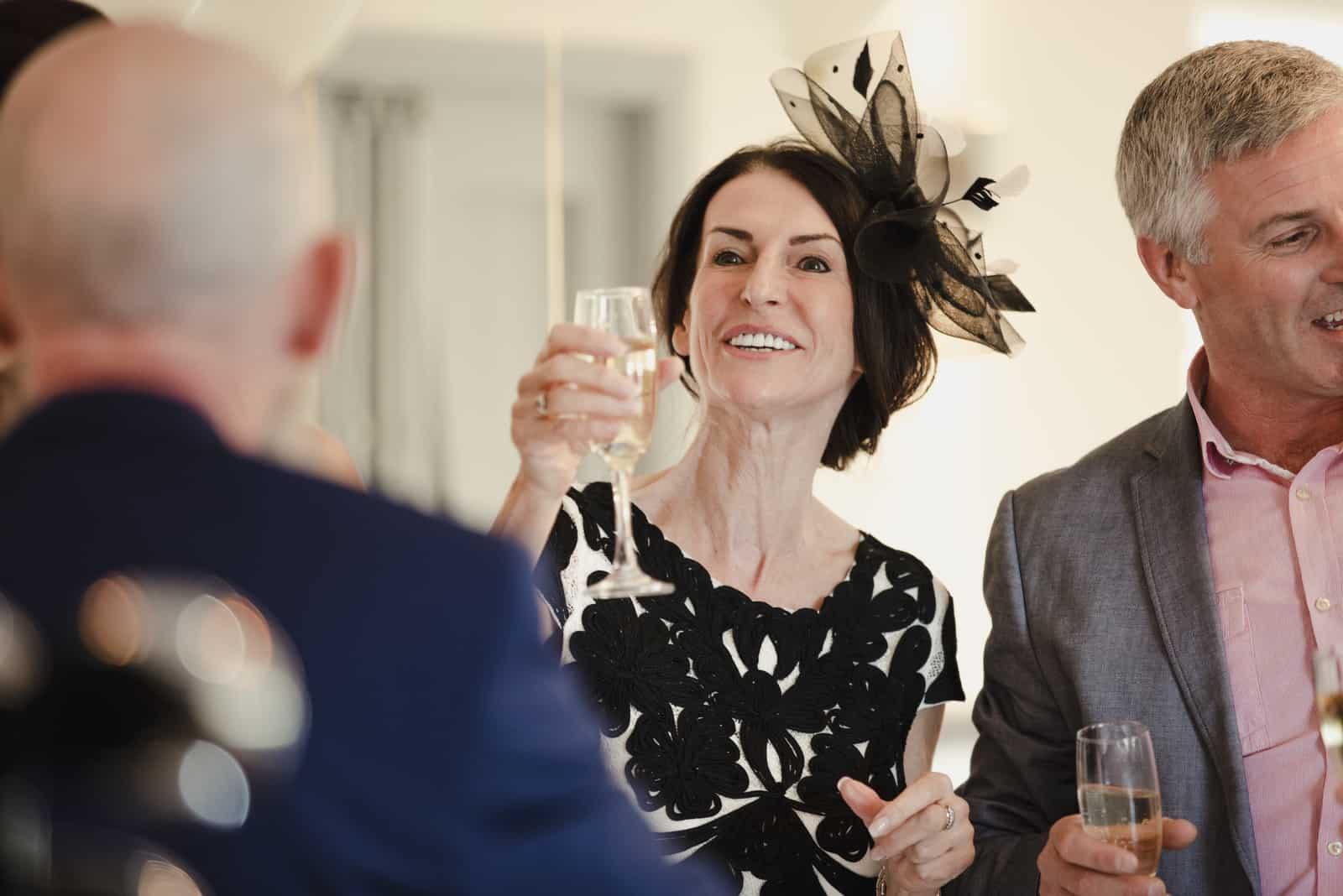 Die Eltern der Braut stoßen an ihrem Hochzeitstag auf ihre Tochter und ihren Schwiegersohn an