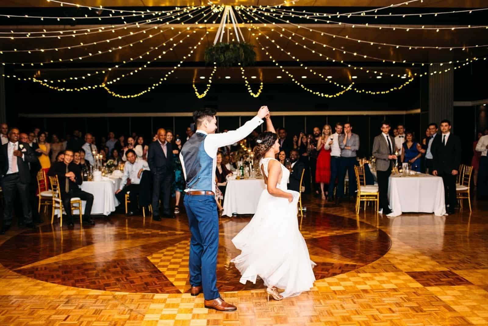 Die Jungvermählten in der schönen Halle tanzen den ersten Tanz