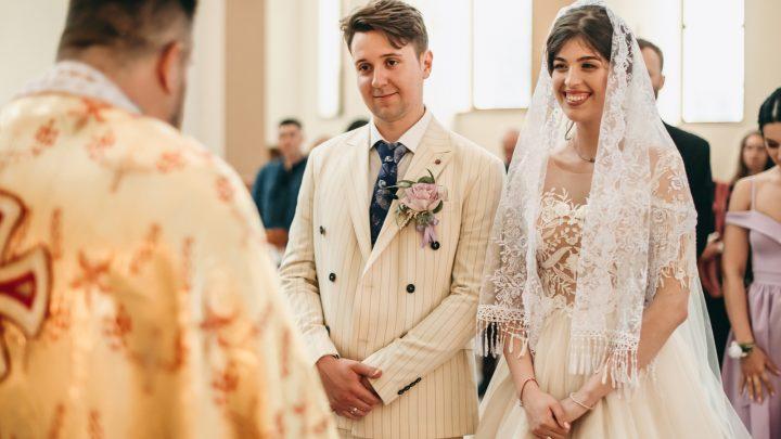 schöne Jungvermählten bei einer kirchlichen Hochzeit