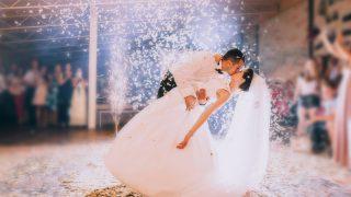 Ein Mann und eine Frau tanzen ihren ersten Tanz