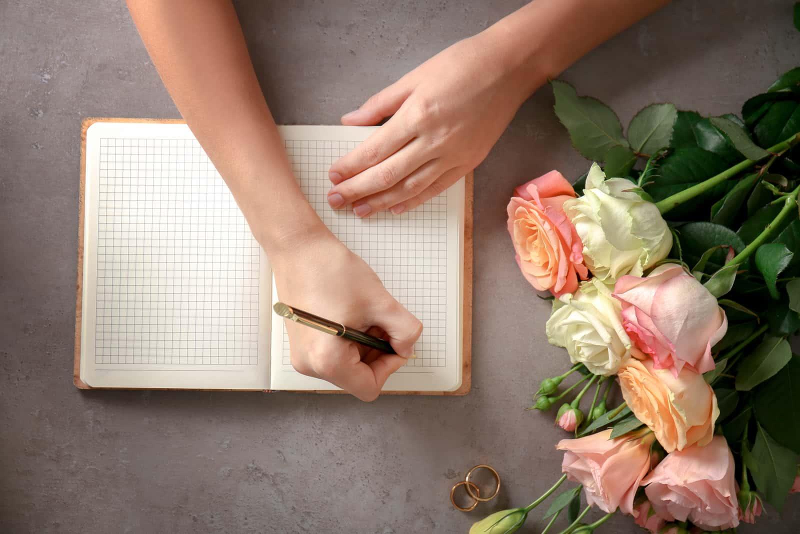 Ein Mann schreibt einen Hochzeitsplan