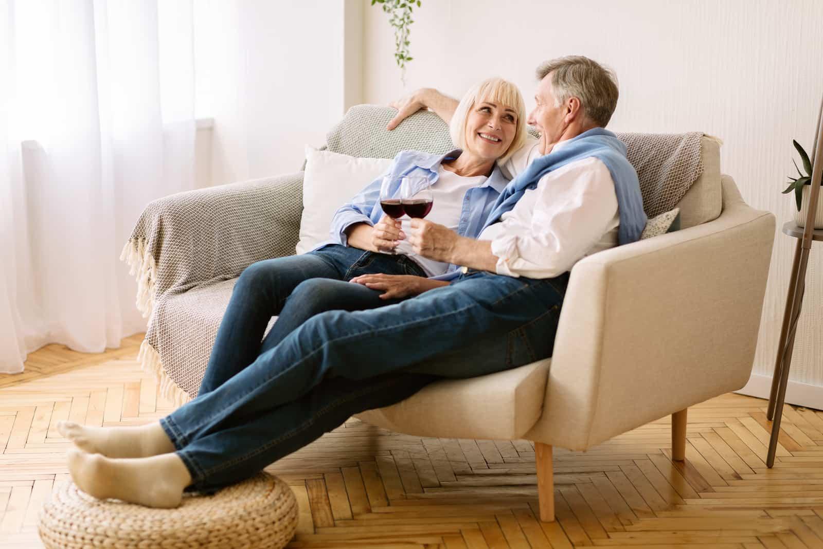 Ein älteres Liebespaar genießt Wein