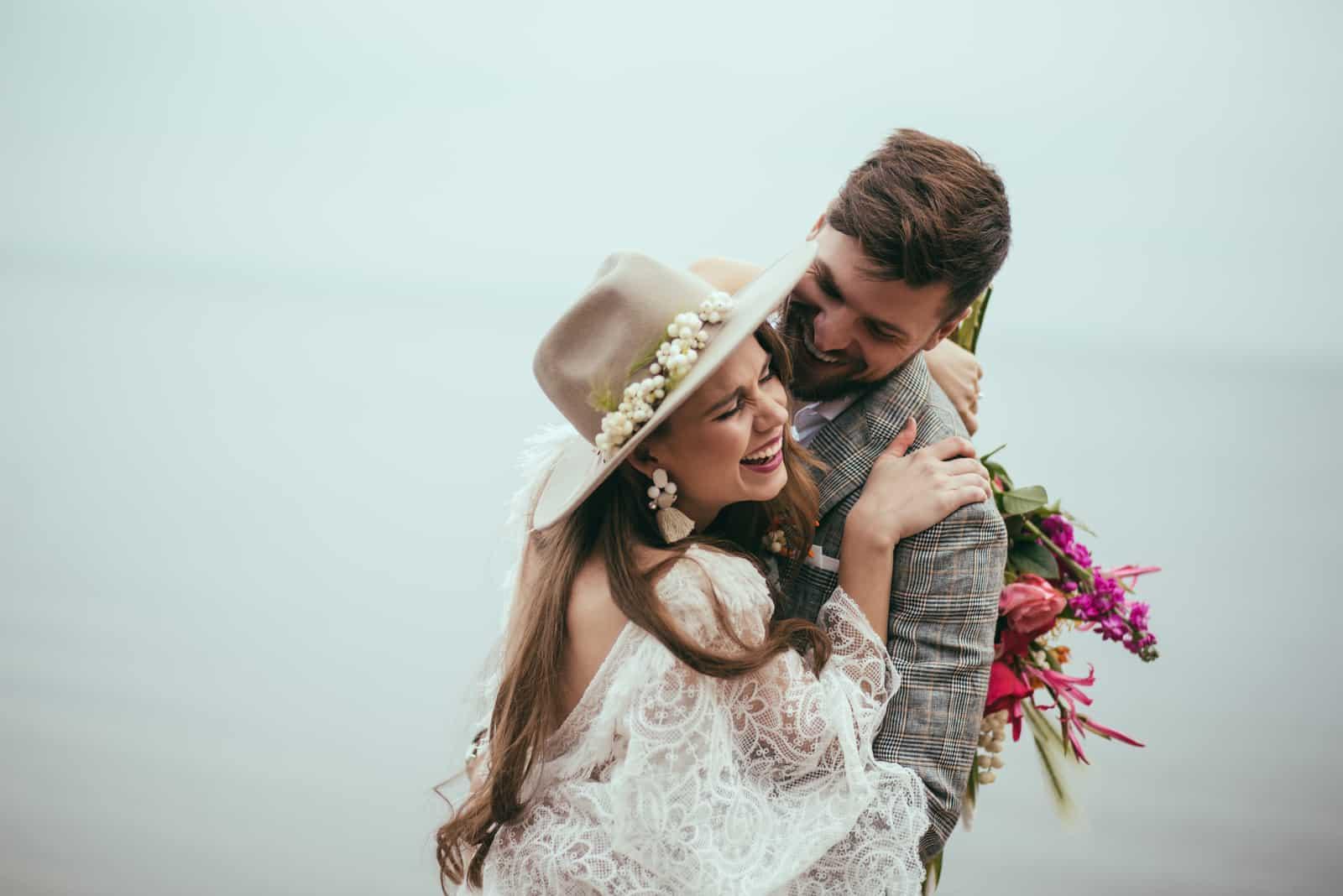 Ein glückliches Paar umarmt sich draußen