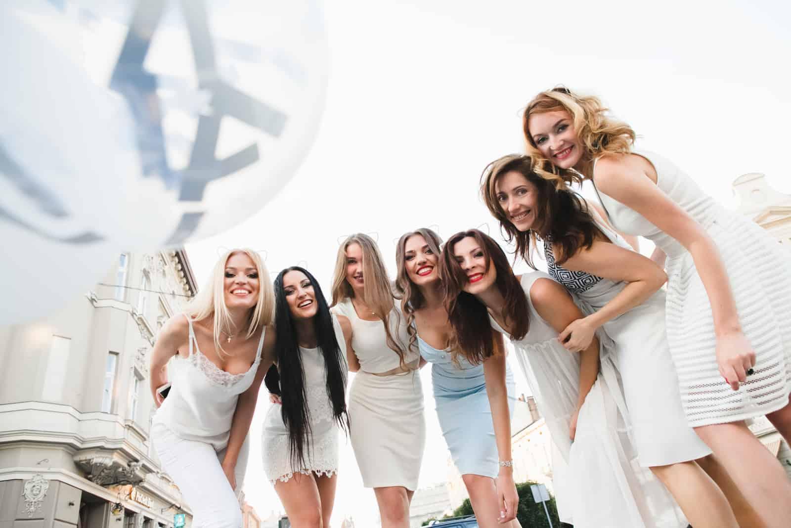 Eine Gruppe schöner Mädchen hat Spaß in der Stadt