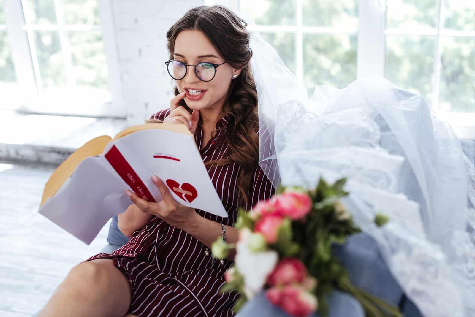 Eine schöne zukünftige Braut plant eine Hochzeit