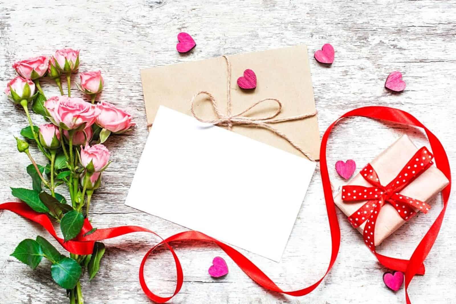 Geschenk Grußkarte Brief und Rosen auf dem Tisch