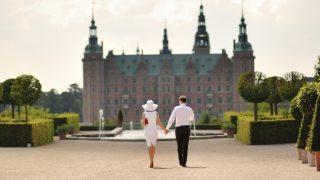 Jungvermählten in Dänemark gehen den Platz entlang