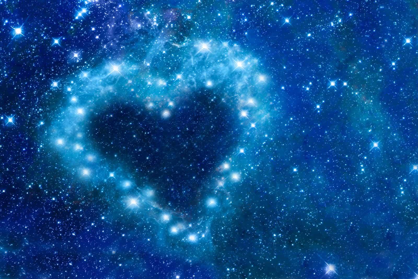 Helle Sterne in einem Nachthimmel in Form eines Herzens angeordnet