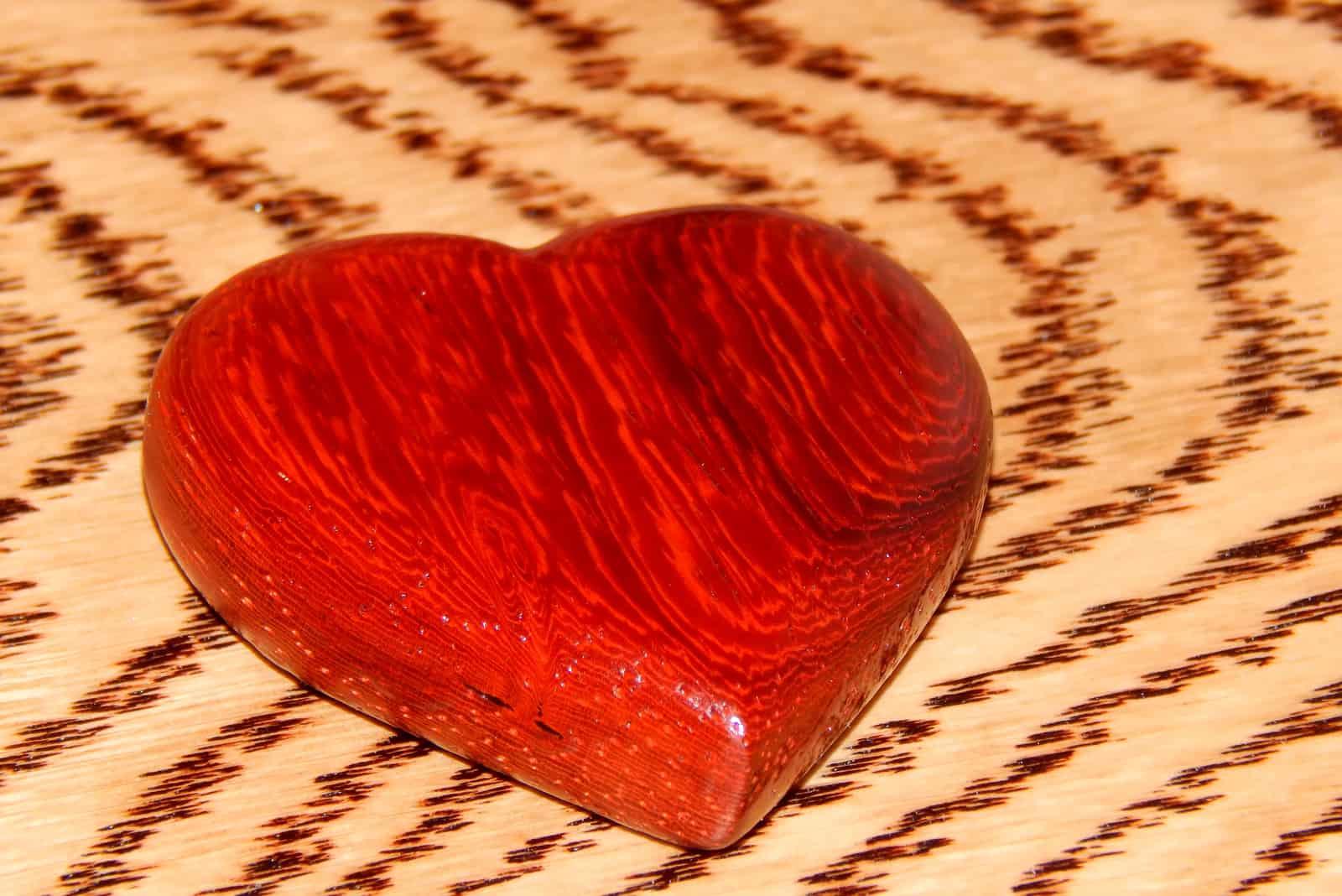 Herz der exotischen Rasse Mahagoni handgefertigt
