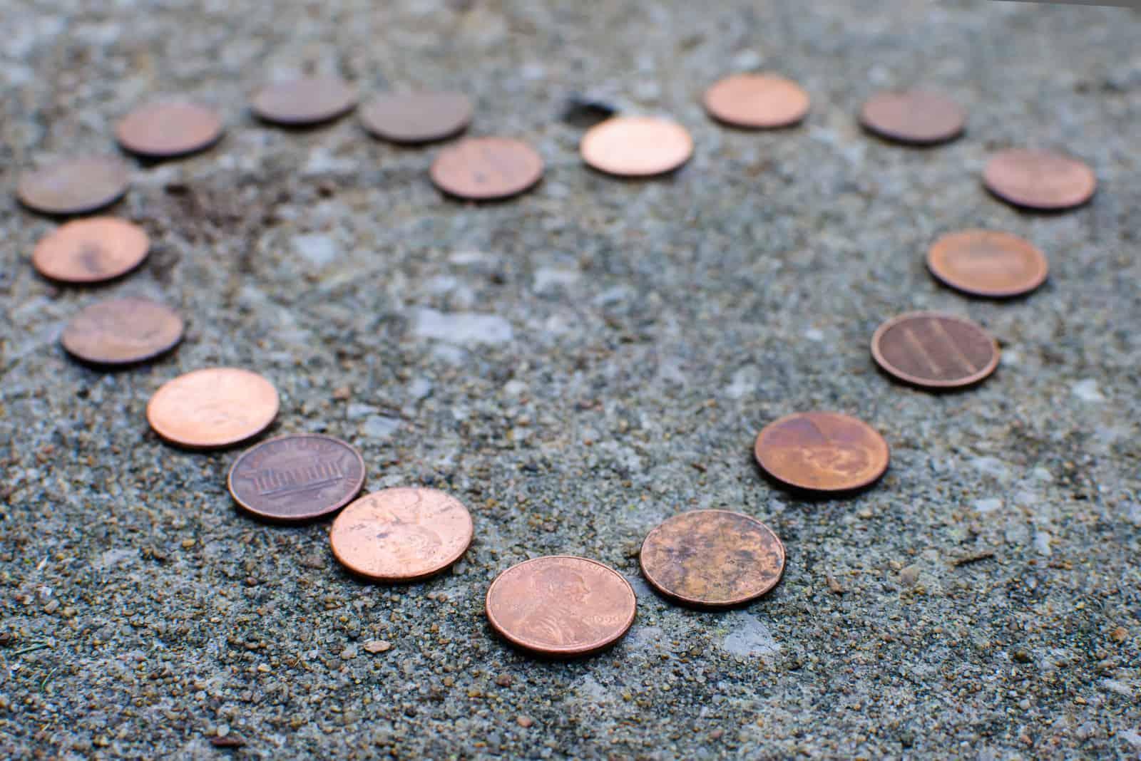 Herzform von Kupfermünzen